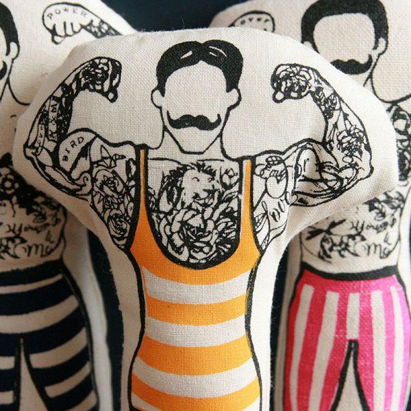 Poupée Décorative Monsieur muscle Tatoué avec maillot- Cirque